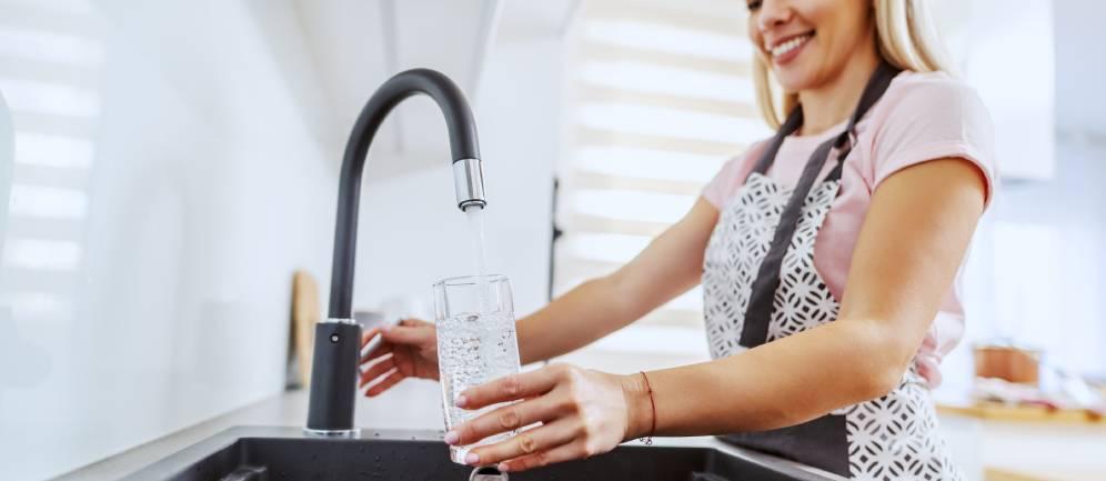 piu persone scelgono l'acqua del rubinetto